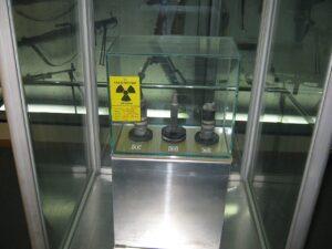 In deze verarmd-uranium granaat zit evenveel kernenergie als in duizenden vaten olie. Toch wordt dit gebruikt om oliebronnen mee te veroveren. Hoezo dom?