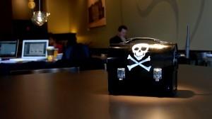 De Pirate Box. Wissel hiermee anoniem plannen uit om de absolute wereldheerschappij te veroveren.