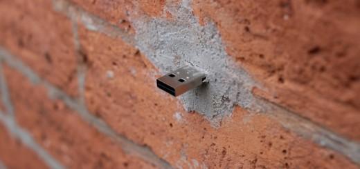 Simpel maar geniaal: een USB-stick inmetselen in de muur en klaar is uw anonieme data-wissel.