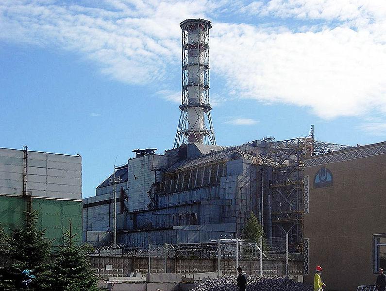 De ontplofte reactor in Tsjernobyl, ingepakt in een betonnen sarcofaag, is nog steeds een stille getuige van de ramp die daar in 1982 plaatsvond.