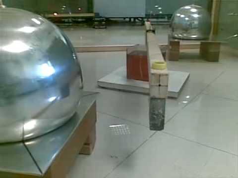 Cavendish gebruikte een opstelling net als in dit zwaartekrachtsexperiment om zijn baanbrekende meting van de zwaartekracht uit te voeren.