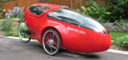 Deze velomobiel wordt geholpen door een elektrische hulpmotor. Velomobielen kunnen snelheden bereiken die in de buurt komen van die van auto's.