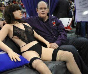 De toekomst van de liefde. Geen zin in een lang voorspel of romantiek? Dan is een gehoorzame seksrobot DE oplossing...