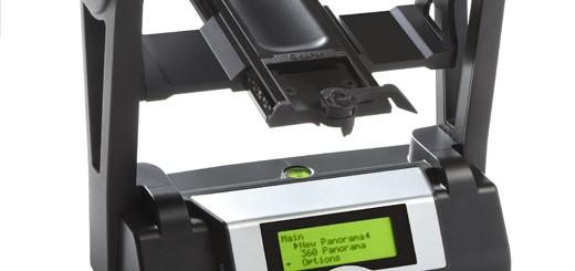 In dit statief wordt een goede digitale camera met telelens geplaatst. Uit meer dan tienduizend foto's wordt zo een enorme Gigapan samengesteld.