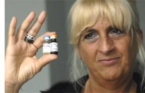Gisela Gonzales toont het eerste vaccin tegen kanker ter wereld.