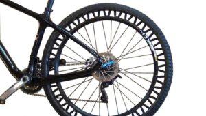 Het Energy Recovery Wheel slaat de schokenergie op en geeft deze terug als voortbeweging.