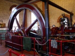 De stoommachines in stoomgemalen hebben vaak een enorm vliegwiel.
