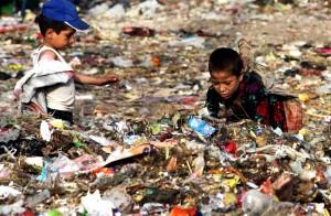 Deze kindertjes doen hun best, maar zijn hoogstwaarschijnlijk veroordeeld tot een kort leven vol armoede en ziekte.