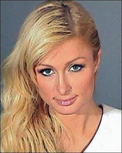 Paris Hilton op een politiefoto. De erfgename van een miljardenvermogen is berucht wegens haar spilzuchtige levensstijl.