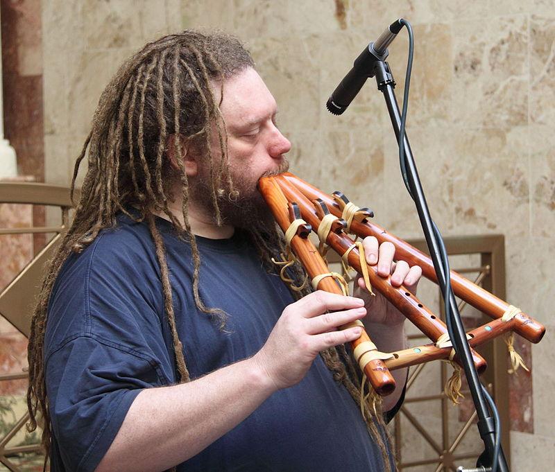 Jaron Lanier, homo universalis, hier bezig op een exotisch blaasinstrument. Bron: Wikimedia Commons