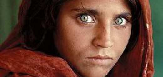 De Afghaanse Sharbat Gula, die door deze foto wereldberoemd werd, zou veel royalties ontvangen in een humanistische economie. Bron: Wikimedia Commons