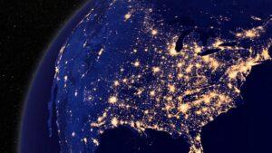 Satellietfoto van de Verenigde Staten bij nacht. De meeste Amerikanen wonen in het oostelijke deel, waar de grote rivieren lopen.