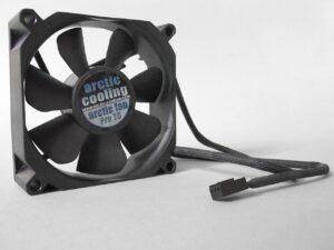 Veranderingen in zoemhoogte van een ventilator gebruiken om informatie door te seinen. Zelfs de air gap is niet meer veilig voor handige hackers.