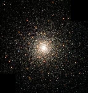 De bolvormige sterhoop Messier 80. De centrale zwarte gaten in deze bolvormige sterhopen hebben een voorspelde massa van rond de 30  zonsmassa's. -NASA