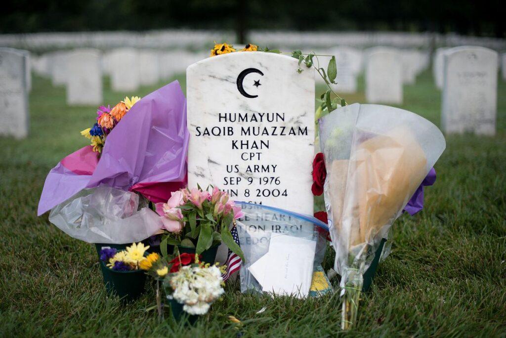 Humayun Khan redde het leven van honderden Usaanse militairen door zelf op een verdacht voertuig af te stappen. Hiervoor ontving hij postuum de onderscheiding Purple Heart.