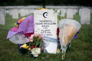 Humayun Khan behoorde zowel tot de helden als tot de martelaars. Hij redde het leven van honderden Usaanse militairen door zelf op een verdacht voertuig af te stappen. Hiervoor ontving hij postuum de onderscheiding Purple Heart. Bron: Wikimedia Commons / Sgt. Cody W. Torkelson