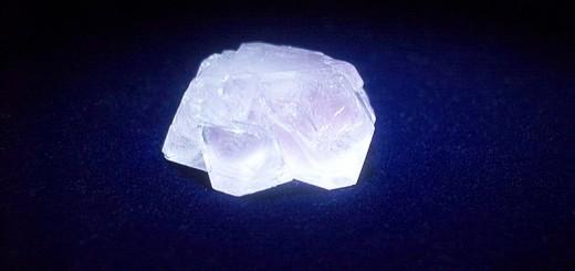 Tijdkristallen bestaan in feite in vier dimensies. Hier afgebeeld: aluinkristal met voorzover bekend geen tijdkristal-eigenschappen. Bron: Wikimedia Commons