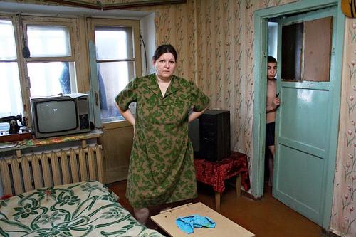 Een arme familie in de Siberische stad Amursk. Meer dan 100.000 mensen per jaar ontvluchten de uiteenvallende dorpen en steden in Siberië. Bron: larussophobe.wordpress.com