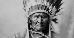 Goyaałé (Geronimo) bood met een groepje andere Apaches  tot het bittere einde verzet tegen de Amerikaanse indringers. Een terrorist, vonden de Amerikanen in die tijd. Een vrijheidsstrijder,  vinden velen nu.