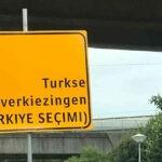 Een tweetalig verkeersbord symboliseert de knieval die de Nederlandse overheid maakt voor Turkije. Bron: BN