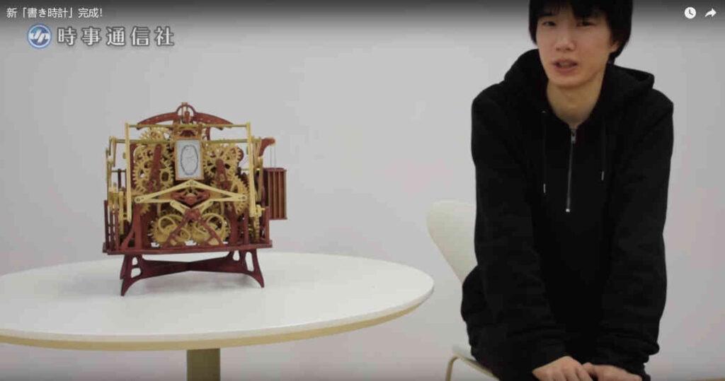 De analoge klok die elke minuut de tijd uitschrijft. Het kostte Kango Suzuki een half jaar.