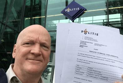 Arnold Karskens met de aangifte tegen onder meer Eurocommissaris Frans Timmermans. Bron: EJBron.wordpress.org