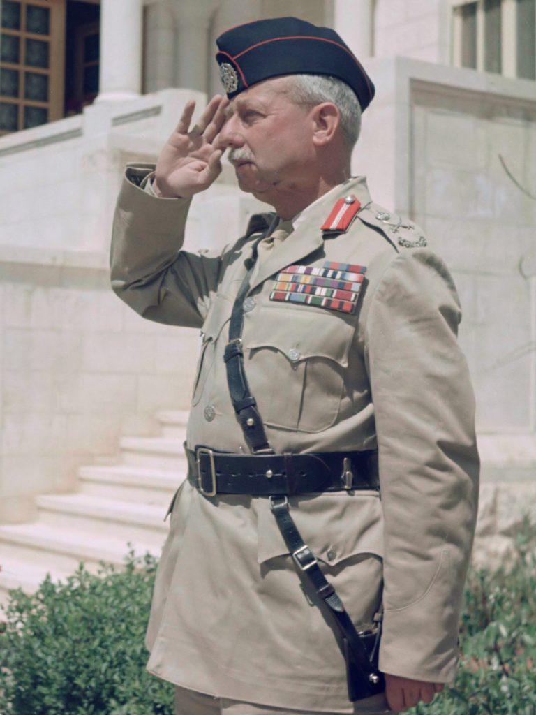 Glubb Pasha en koning Hussein bij een parade van de erewacht van het Arab Legion van het Jordaanse leger bij het paleis.