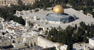 Dit deel van Jeruzalem, de Klaagmuur met de Rotskoepel, is het brandpunt van het religieuze conflict tussen Israël en de moslims. Bron: YouTube