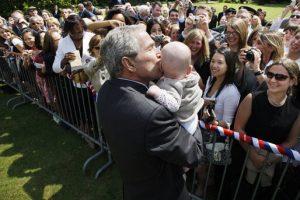 De voormalige Usaanse president Bush jr. kuste geregeld babies op politieke rallies om op het gevoel van de kiezers in de VS te spelen. |De bombardementen in Zuid-Irak met verarmd uranium hebben de levens van tienduizenden Iraakse kinderen geëist.