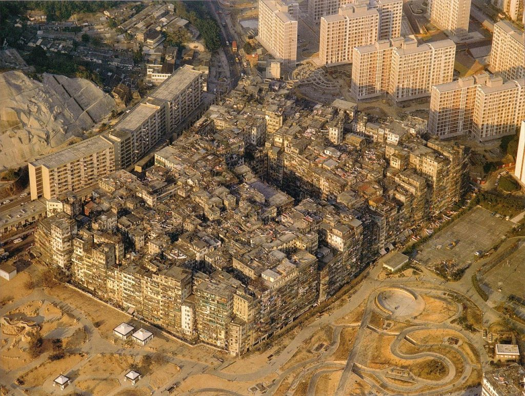 De vrijbuiterszone Kowloon, voordat de enclave gesloopt werd in 1990. Op deze twee hectare Chinees grondgebied binnen Brits Hong Kong woonden 30.000 mensen op elkaar.