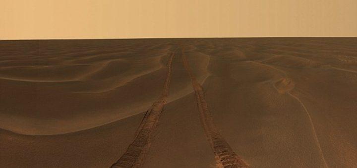 Mars, anno 2018. Een eenzaam spoor van een robotvoertuig in een desolaat landschap.