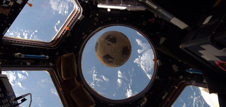 Sport onder gewichtsloze omstandigheden kan groot worden. Hier een bal die aan boord was van de verongelukte Space Shuttle Challenger. Bron: NASA