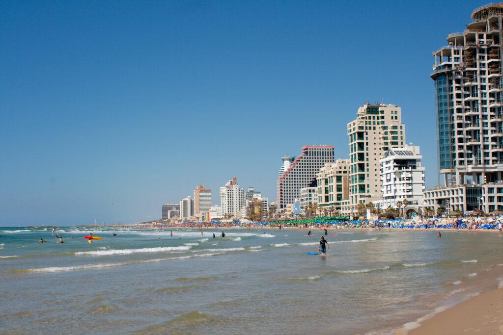 Het strand van Tel Aviv. Israël is na zeventig jaar een succesvol land. Wel moet het Palestijnse probleem opgelost worden.