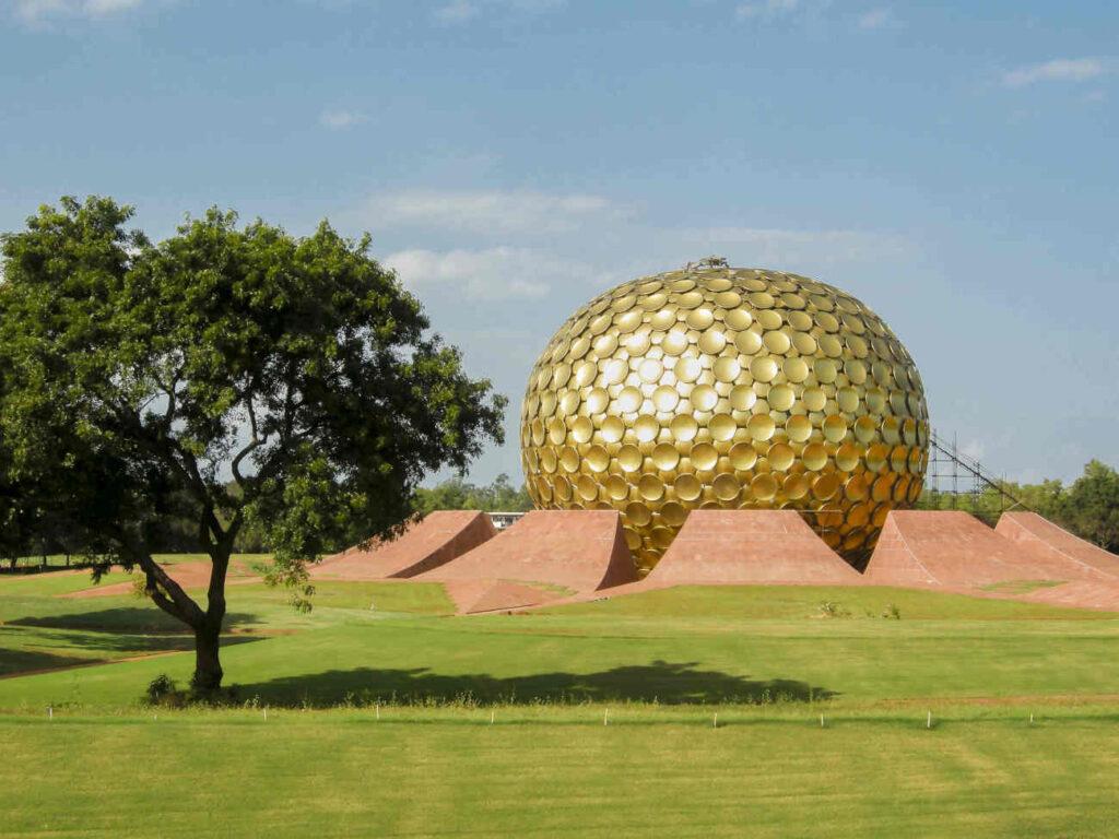 De Matrimandir in Auroville. is het spiritueel centrum van deze utopische stad in Pondicherry, India. De meningen zijn verdeeld over het succes.
