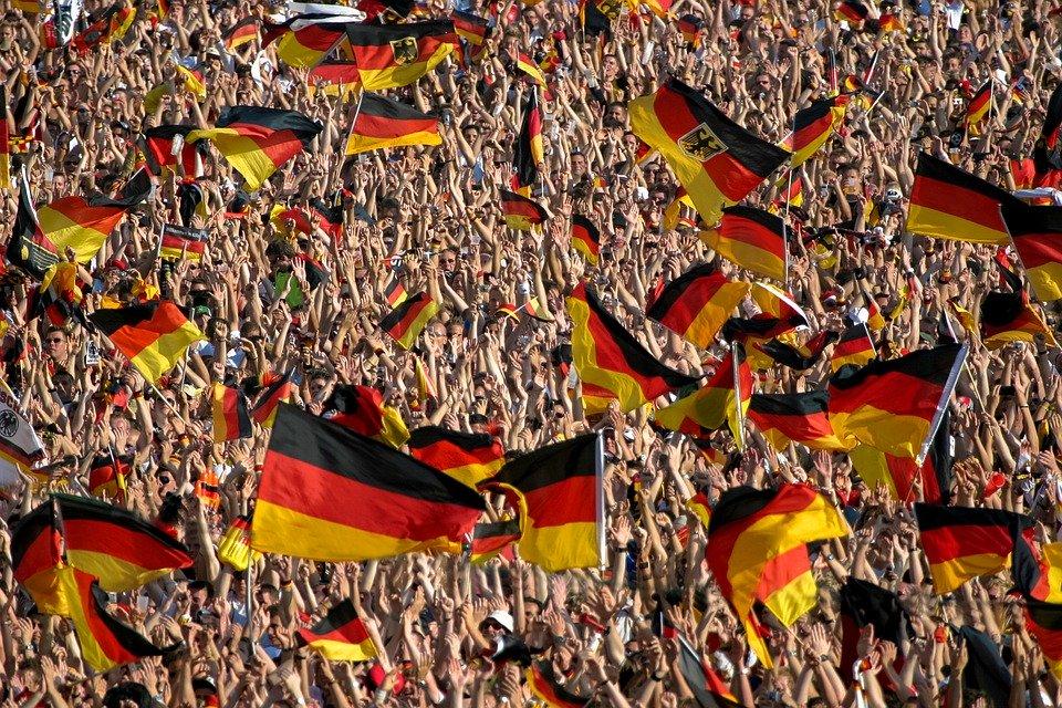 Een meer onschuldige manifestatie van antionalisme zijn deze feestende Duitse voetbalfans. Bron: Pixabay/gebruiker https://pixabay.com/nl/users/ganossi-4804628/