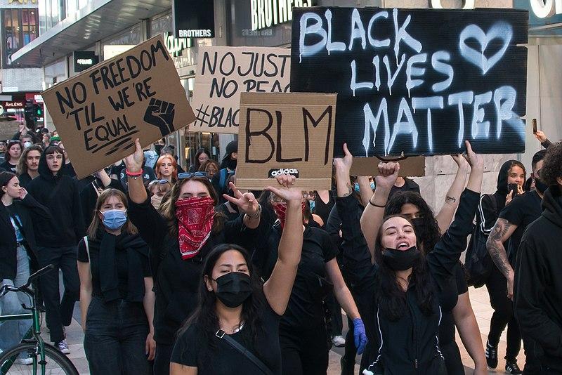 Is de woede van Black Lives Matter, zoals op deze demonstratie in 2020 in Stockholm, terecht? Bron: Wikimedia Commons/Youtube still van kanaal KulturSthlm