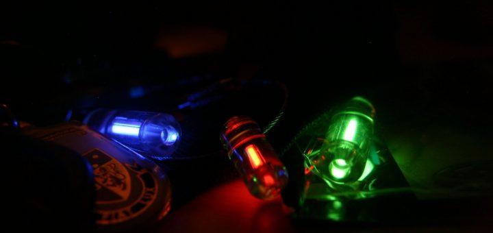 Tritium sleutelhangers geven tientallen jaren zwak licht. Bron: Bilious - Eigen werk, CC BY-SA 2.5, https://commons.wikimedia.org/w/index.php?curid=10843869