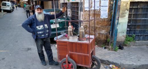 Een basisinkomen komt ieder mens rechtstreeks ten goede, zoals deze koffieverkoper in Tripoli, Libanon. Zeker bij een corrupt regime als dat in Libanon zou een basisinkomen een enorme verbetering voor de bevolking betekenen. Bron/copyright: Germen Roding