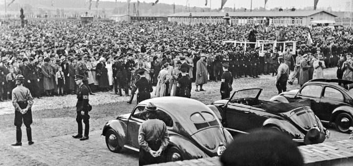 De in opdracht van de nazi's ontwikkelde Volkswagen, een betaalbare auto voor de gewone man. Ondanks het inktzwarte verleden bleek het ontwerp zowel praktisch als populair.