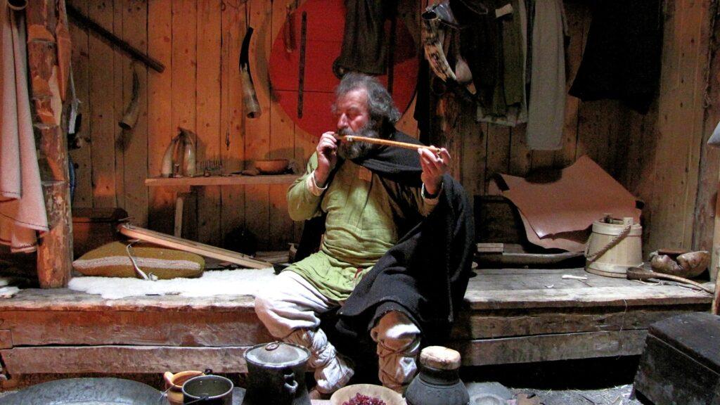 In het tegenwoordige openluchtmuseum bij de voormalige Viking-nederzetting L Anse aux Meadows is een longhouse van de Vikingen nagebouwd. Bron: Wikimedia Commons.