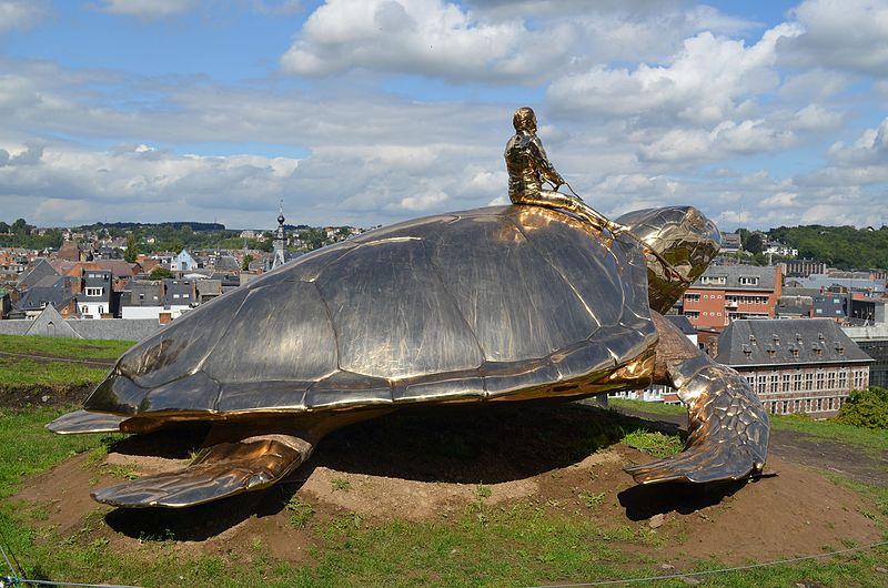 """Jan Fabre maakte dit kunstwerk in de Belgische stad Namur, getiteld """"Op zoek naar Utopia"""". Of is iedere utopie eigenlijk een dystopie? - Wikimedia Commons"""