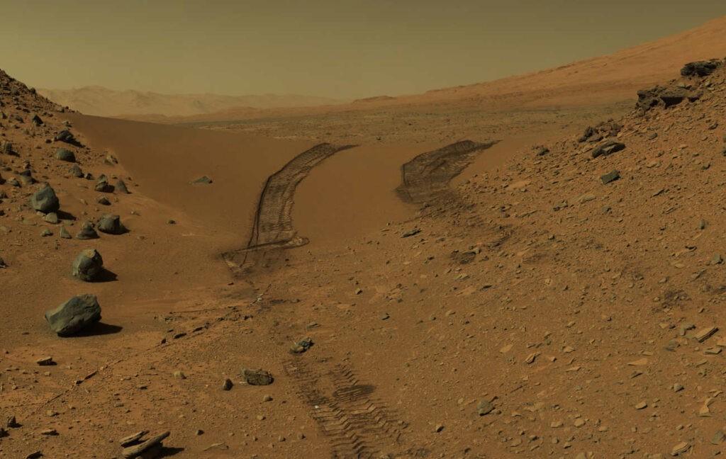 Het landschap van Mars, in oorspronkelijke kleuren, zoals gefotografeerd door de Marsrover Curiosity. Dit landschap geeft een indruk van hoe de aarde zonder leven er uit had gezien. Bron: NASA via ESA
