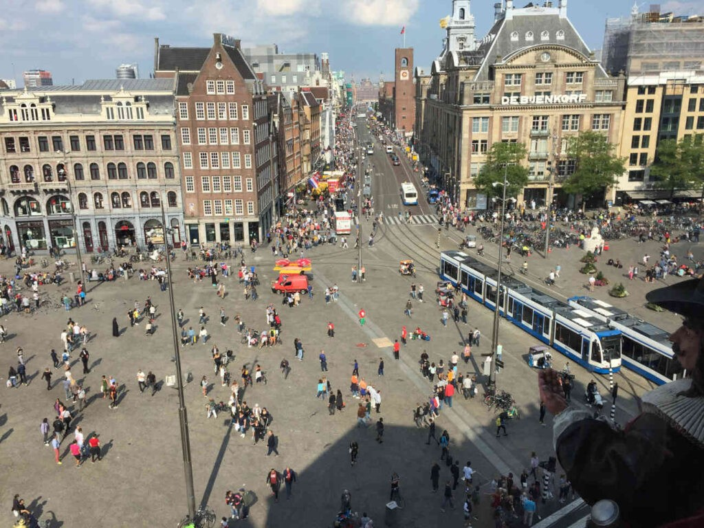 Het Damplein, Amsterdam. Parkeerbeheer slingerde door automatisering onschuldige automobilisten op de bon. Wordt de 'gluurauto' het nieuwe symbool van Amsterdam?