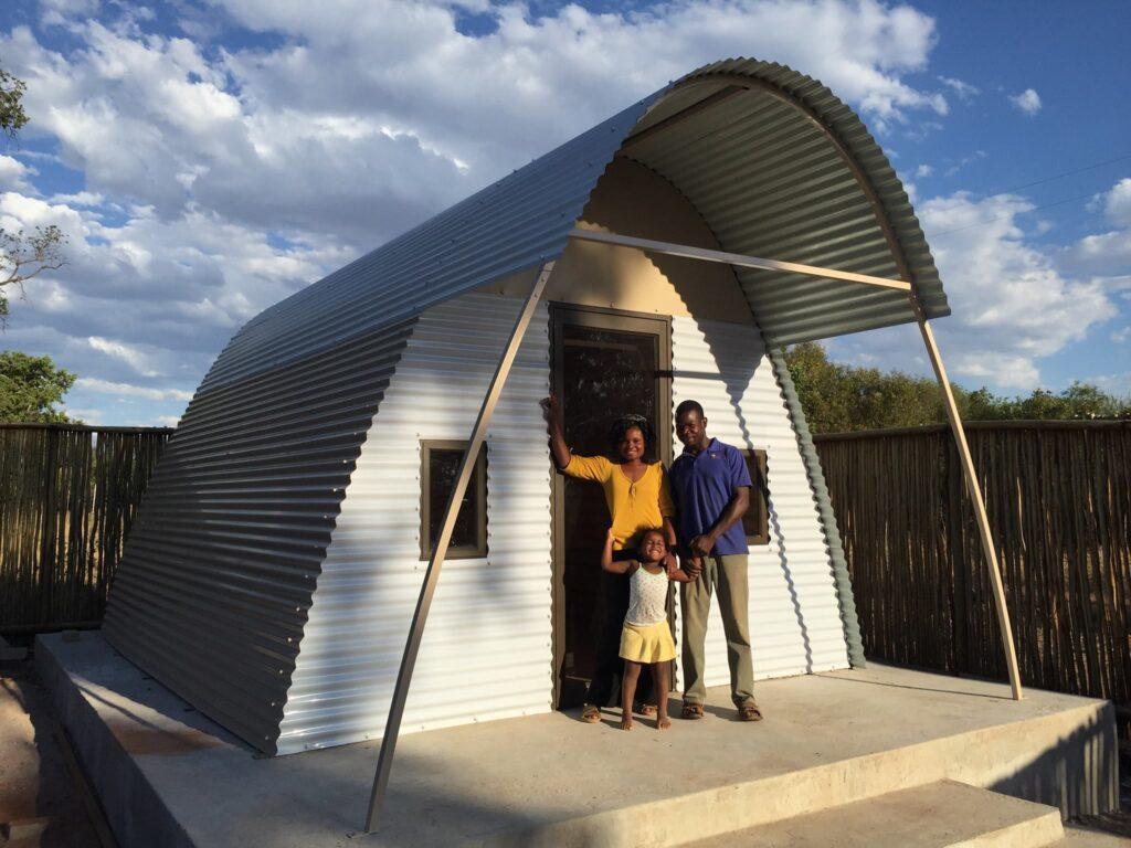 Abod minihuisjes kunnen in een dag door een groep vrijwilligers worden gebouwd. De golfplaten constructie maakt het ontwerp minder geschikt voor buiten de tropen.
