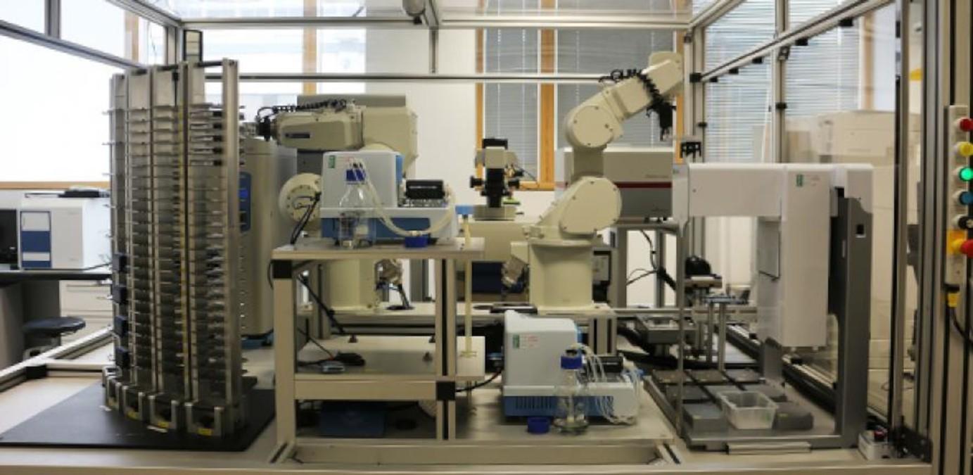 Wetenschappelijk onderzoek door robots neemt een steeds grotere vlucht. De Britse universiteit van Cambridge ontwikkelde robot Eve om medicijnen te onderzoeken. Bron: Cambridge University