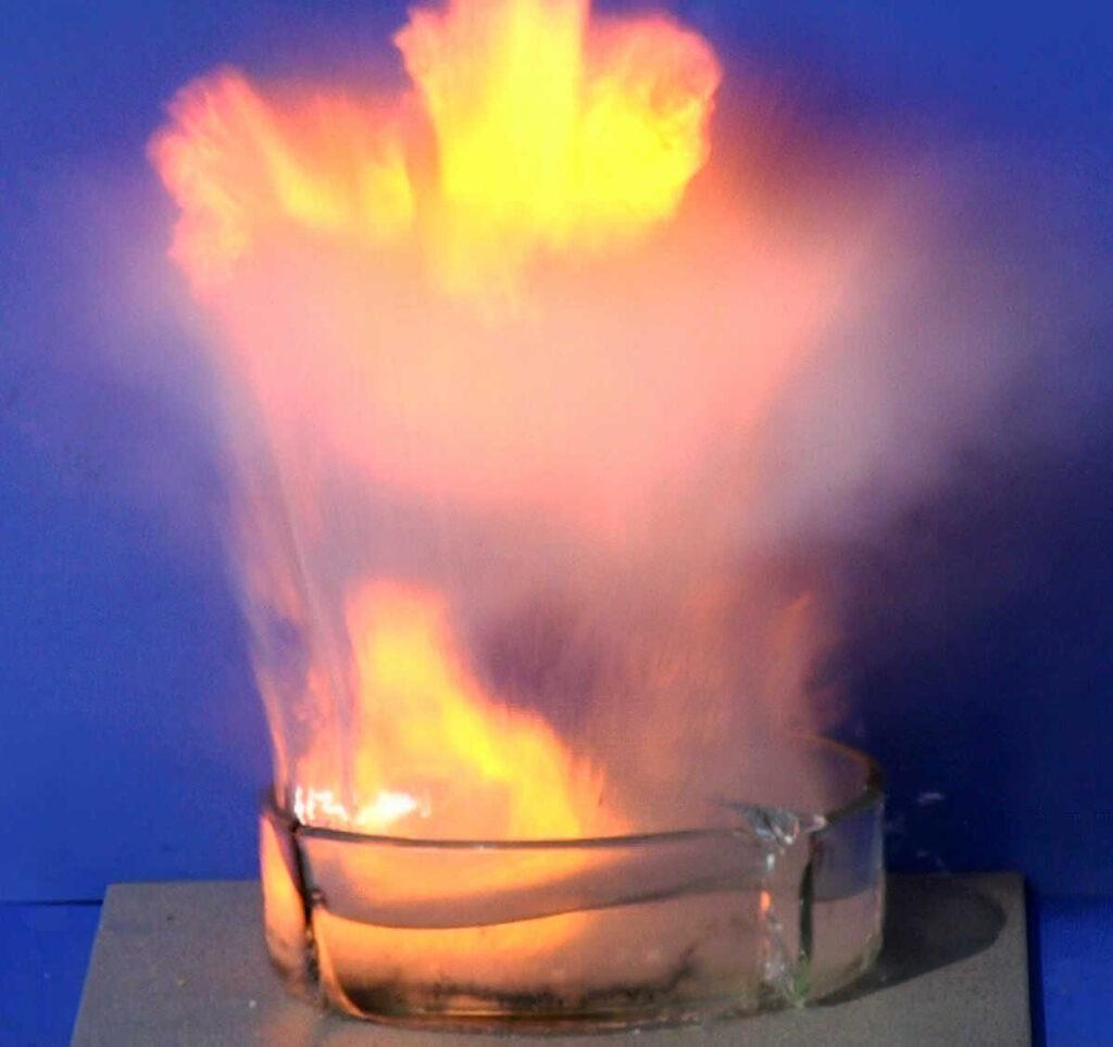 Natrium reageert erg heftig met water. Bron: Wikimedia Commons