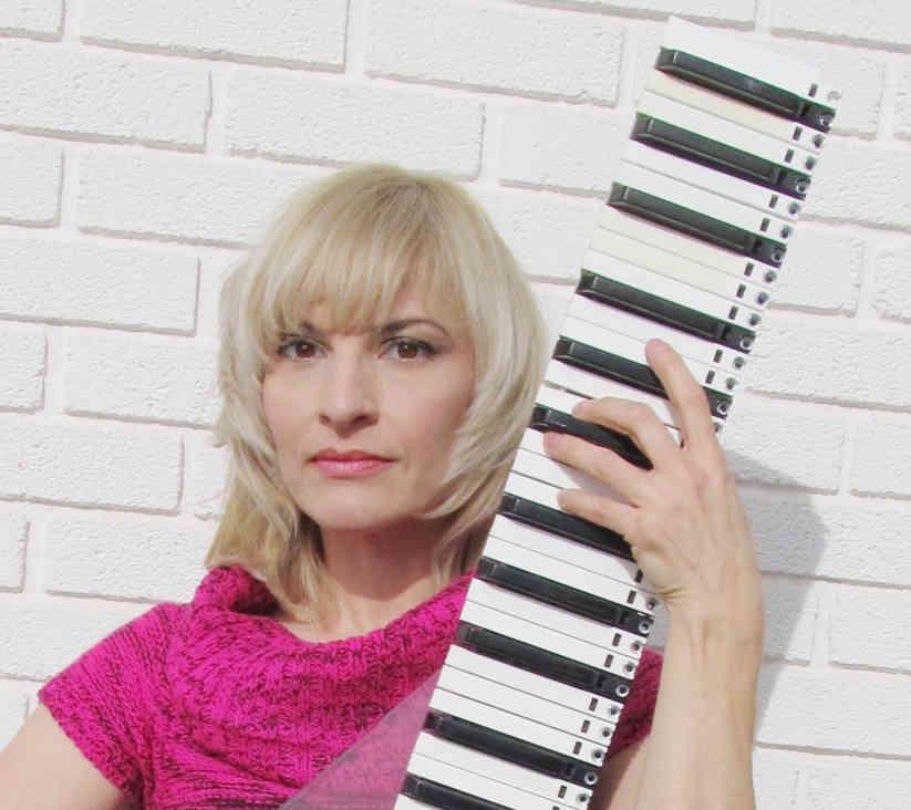 Elaine Walker met een van haar verticale keyboards. Hiermee kan ze 14edo en andere toonladders verkennen.