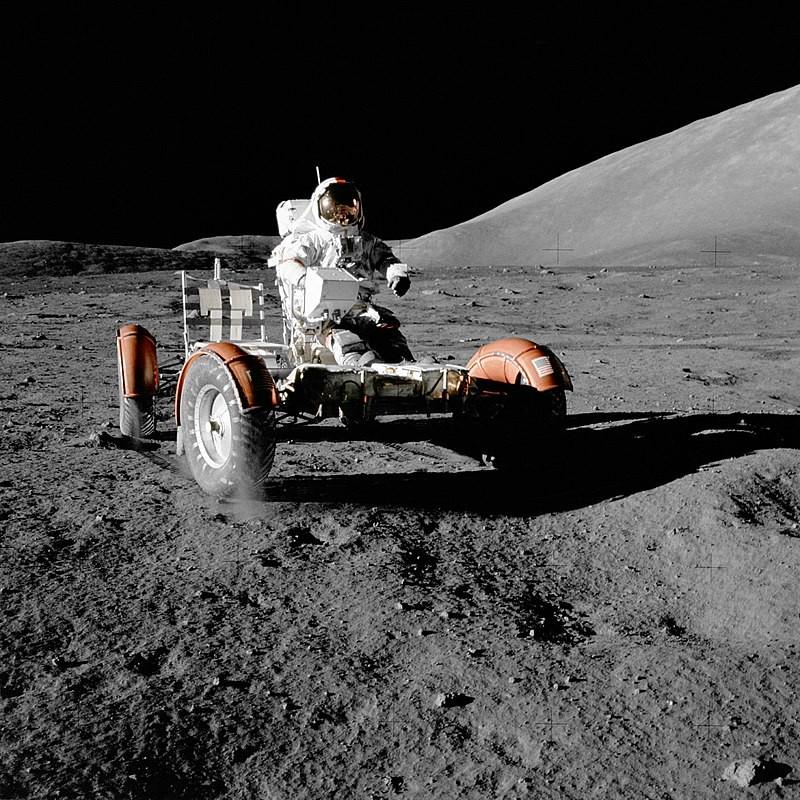 Astronaut Eugene A. Cernan van de Apollo-17 missie is één van de laatste drie mensen die op de maan rond hebben gelopen en -gereden.  Na een halve eeuw is er nu eindelijk een terugkeer naar de maan.