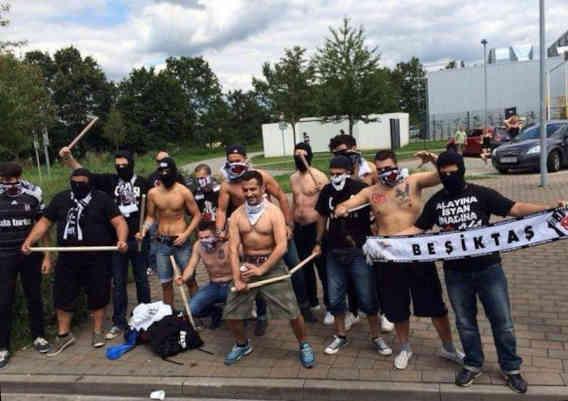 Deze dappere strijders zijn helemaal voorbereid op het feestje na de wedstrijd. Kunnen rituele vechtpartijen het probleem oplossen? Bron: Twitter
