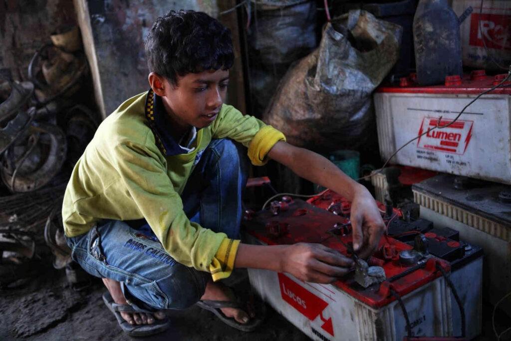 De voornaamste oorzaak van loodvergiftiging is de recycling van loodaccu's, zoals hier door een kindarbeider in Bangladesh. Maar ook in Indiase specerijen zit veel en veel te veel lood.